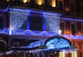 Праздничный фасад в канун Нового года стараниями промышленных альпинистов