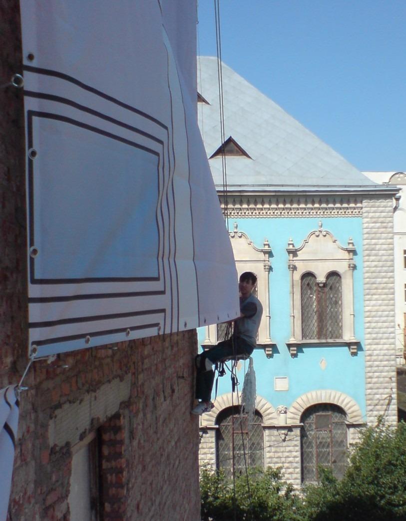 монтаж баннера на здание