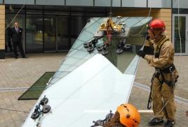 Работа промышленных альпинистов по замене стеклопакетов на высоте