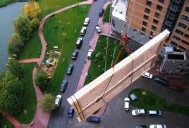 Подъем грузов, включая объемные и негабаритные грузы, на высоту с целью их доставки до квартир или помещений в многоэтажных домах